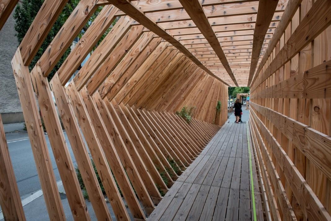 """Độc lạ hành lang gỗ """" xao động"""" ở lễ hội nghệ thuật đường phố Le Voyage"""