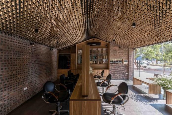 Độc lạ tiệm cắt tóc làm từ chất liệu mành tại Hà Nội