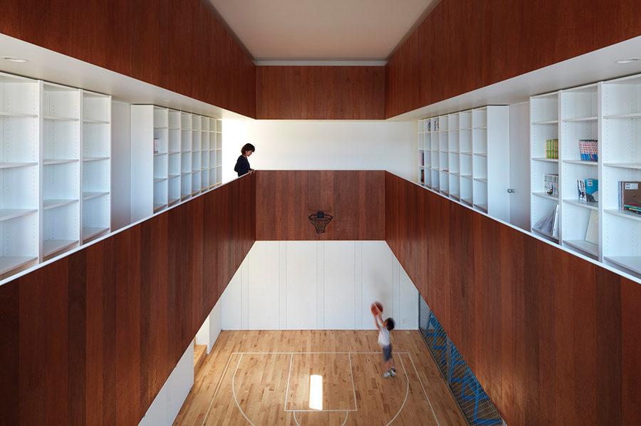 Sân bóng rổ nằm trong nhà của một gia đình Nhật Bản