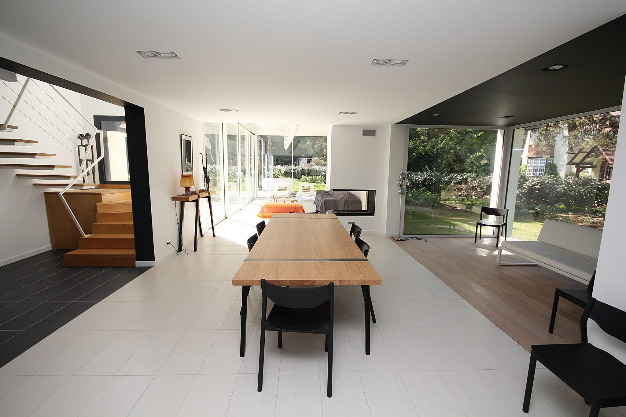 Chiều cao trần nhà tỷ lệ thuận với kinh phí xây dựng, do đó bạn cần cân nhắc thật kỹ chi tiết này cho phù hợp điều kiện kinh tế bản thân và gia đình