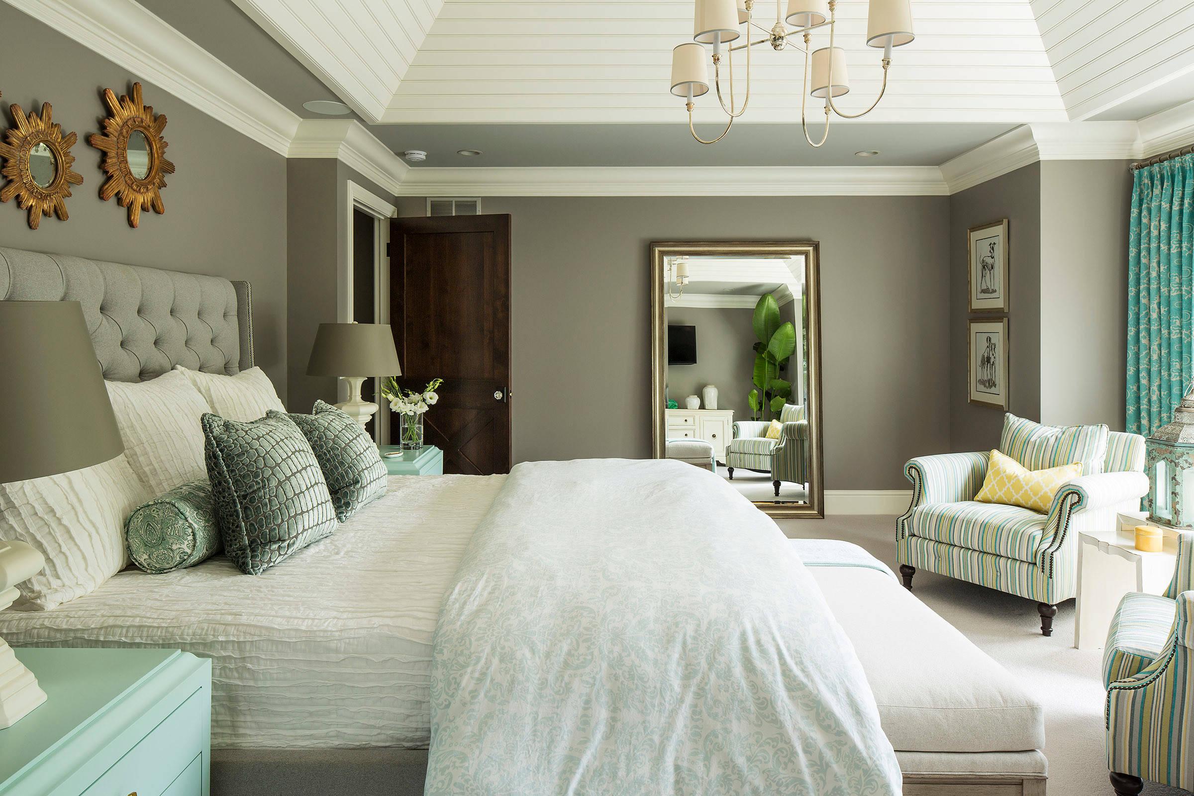 Cách bố trí giường ngủ hợp phong thủy là không đặt gương soi đối diện với giường ngủ bởi nó sẽ phản chiếu hình ảnh nhạy cảm của vợ chồng