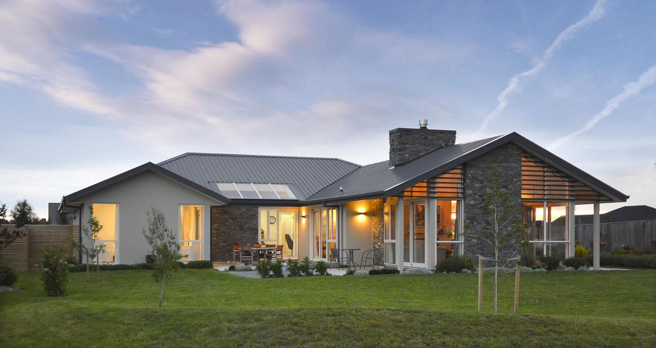 Gia chủ có thể chọn hệ thống cửa kính khung gỗ hiện đại để thiết kế mẫu nhà theo phong cách châu Âu