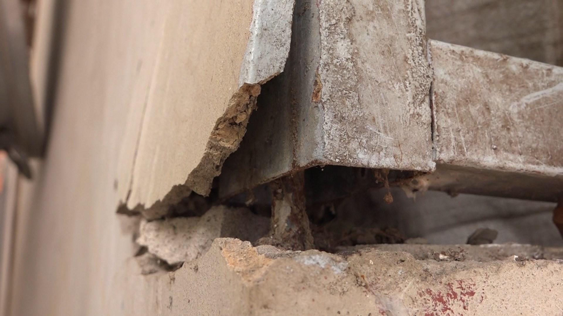 Nếu vết nứt ở một vài chi tiết nhỏ trên bề mặt tường nhà thì không quá nguy hiểm