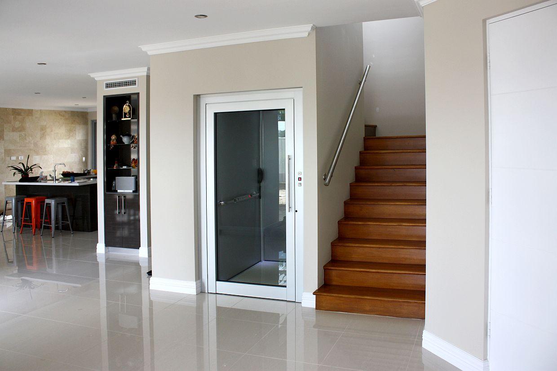 Phòng thang máy được xem là nơi đặc cách dùng bị chứa đựng các thiết bị như máy kéo, tủ điều khiển…