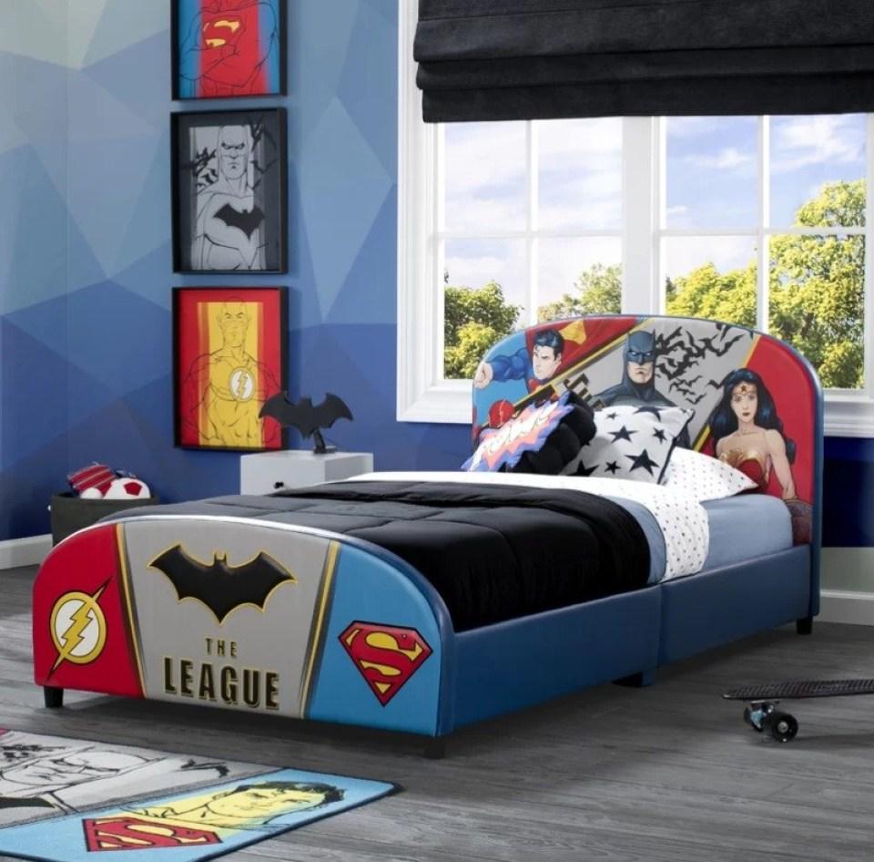 Các đồ vật nhỏ như tượng rô bốt, ô tô đồ chơi, thú cưng bằng gỗ là những vật dụng trang trí phòng ngủ lý tưởng cho con trai yêu