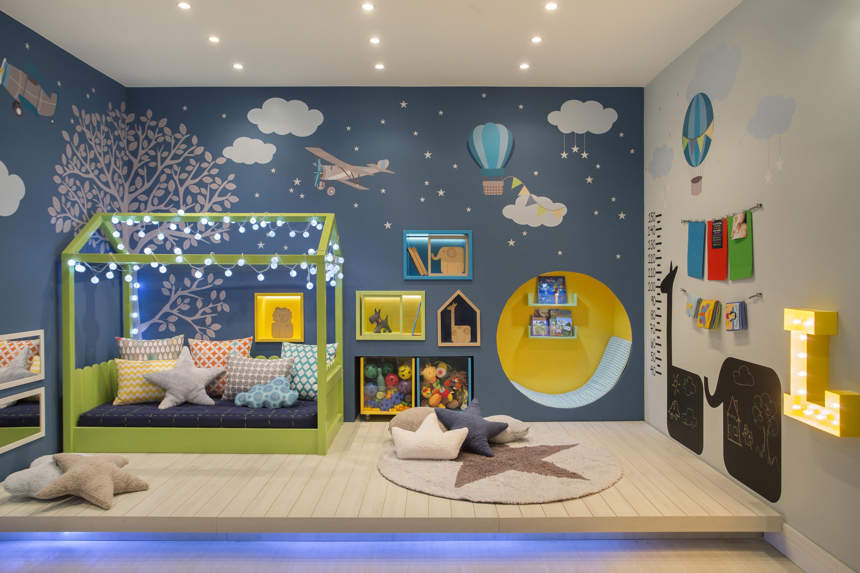 Bậc phụ huynh có thể trang trí phòng ngủ cho bé trai bằng hình ảnh, con số, chữ cái sinh động, ngộ nghĩnh
