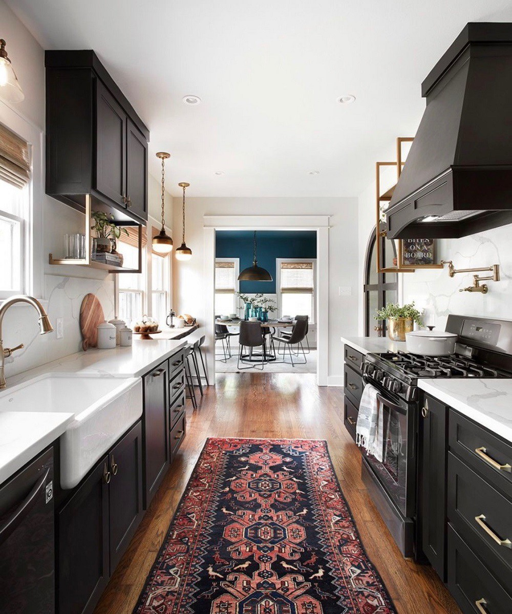 Những chiếc thảm với tông màu ấm xuất hiện sẽ làm bừng sáng không gian phòng bếp ngôi nhà bạn