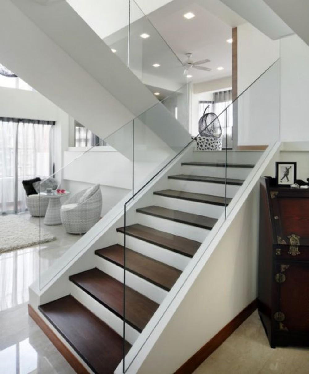 Việc sử dụng kính làm tay vịn giúp cho không gian cầu thang trông rộng gấp đôi