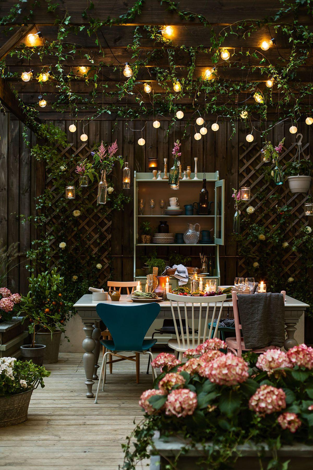 Gia chủ có thể tạo nên một khoảng không gian xanh mát cùng những ánh đèn lấp lánh, hài hòa