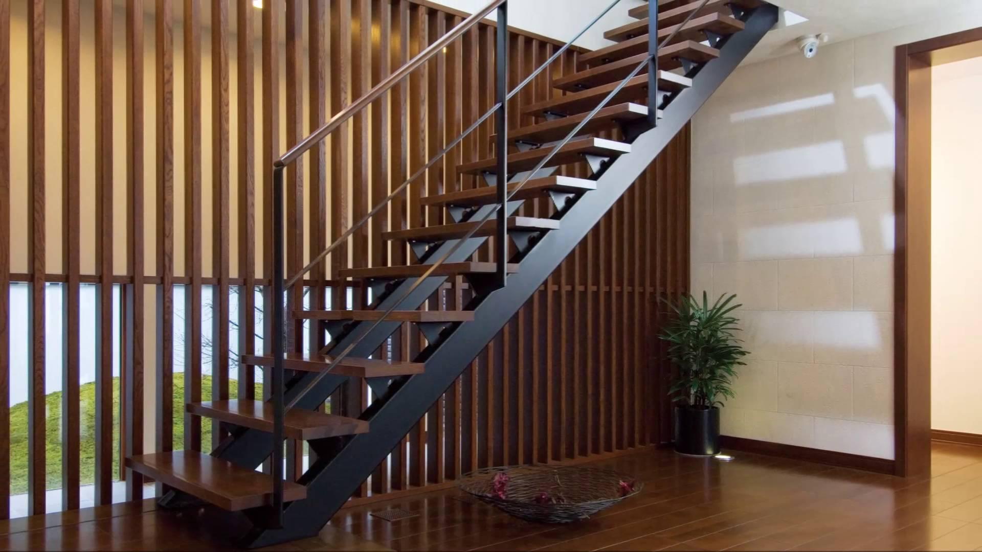 Chất liệu gỗ sồi, gỗ óc chó, gỗ xoan là những chất liệu góp phần làm nên độ bền cho cầu thang gỗ tự nhiên