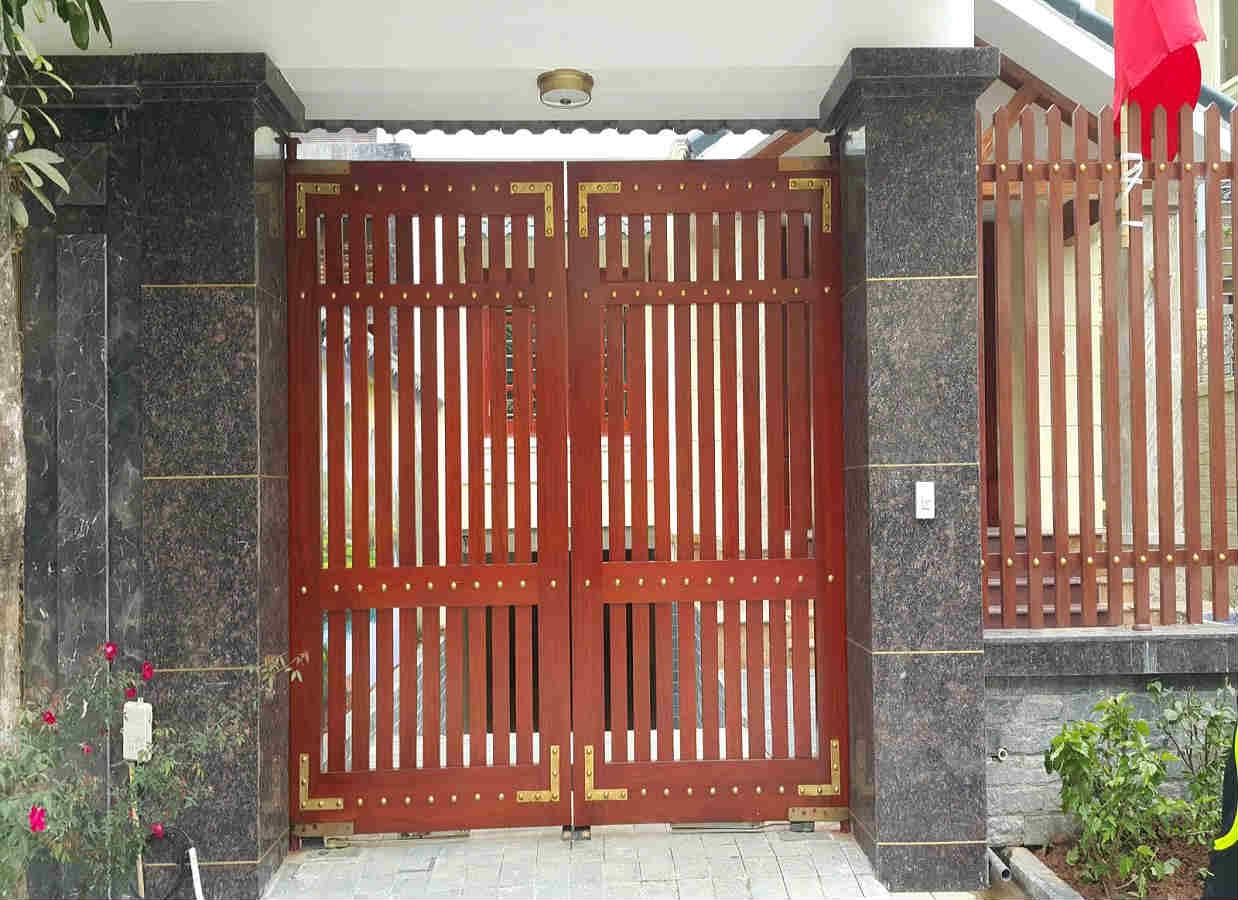 Đây được xem là mẫu thiết kế cổng nhà đơn giản mà đẹp, đậm chất mộc mạc, giản đơn