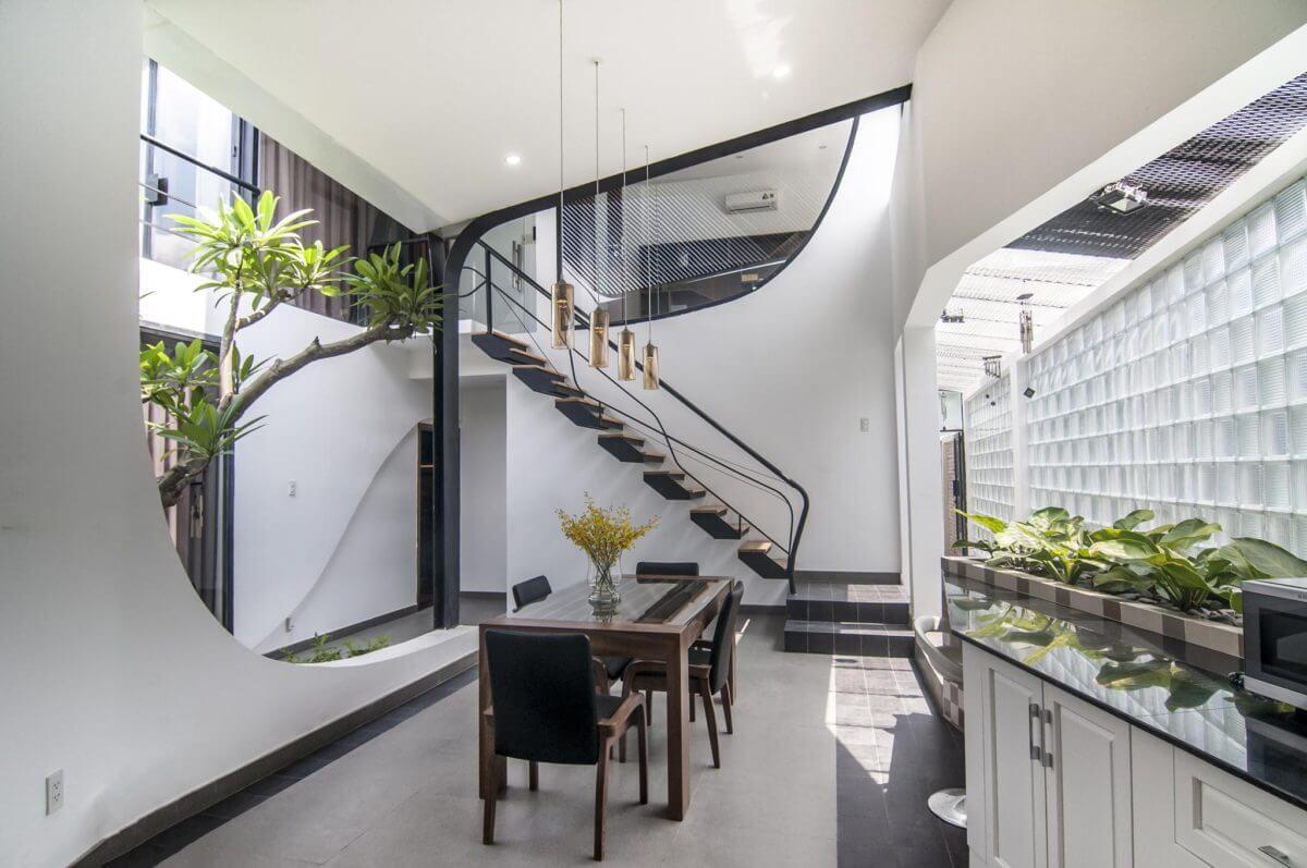 Sử dụng các ô cửa kính lớn là giải pháp thường được áp dụng để cung cấp nguồn sáng tự nhiên cho ngôi nhà có diện tích nhỏ
