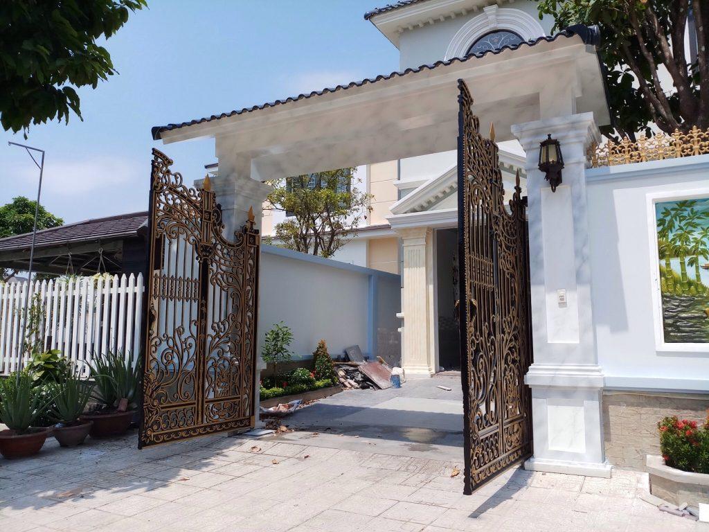 Theo các chuyên gia xây dựng, việc để cửa cổng nhà mở ra ngoài sẽ mang đến vượng khí, những điều may mắn